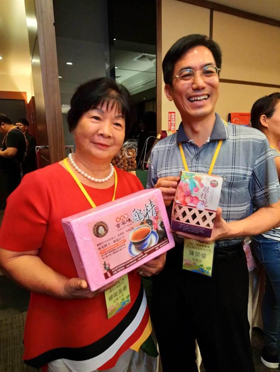 水保局南投分局陳榮俊(右)說,阿春姊正是成功的農業轉型案例。(圖/曾麗芳)