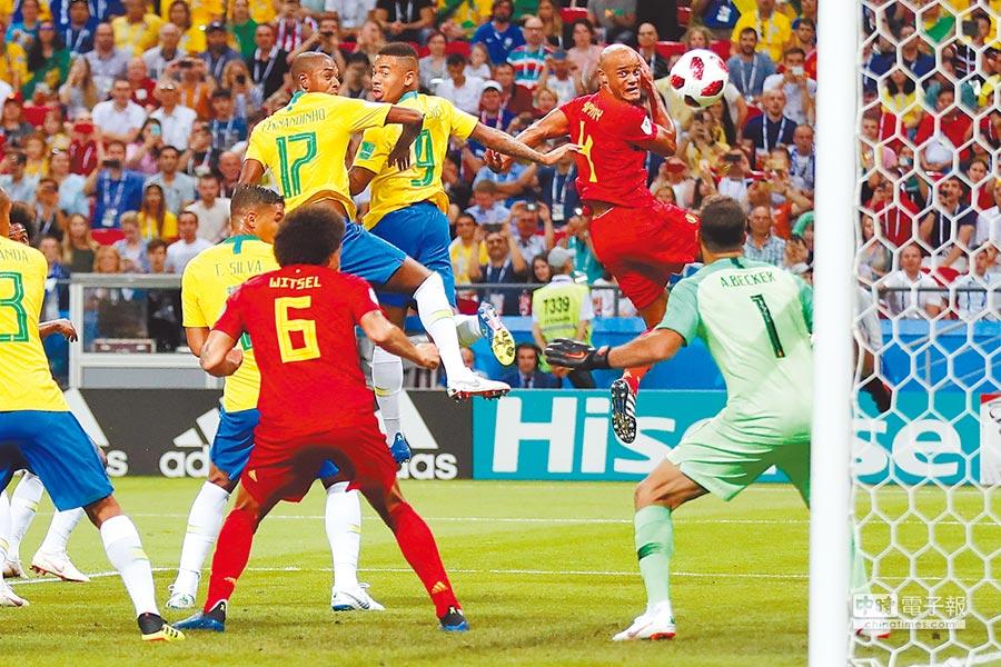 巴西隊費南迪紐(後排右三,17號)在對比利時的8強賽頂進烏龍球,終場巴西以1比2飲恨。(美聯社)