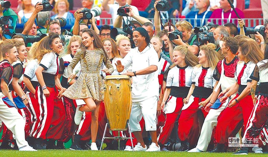 前巴西球星羅納迪紐(中)在閉幕典禮秀了段動感十足的擊鼓表演。(新華社)