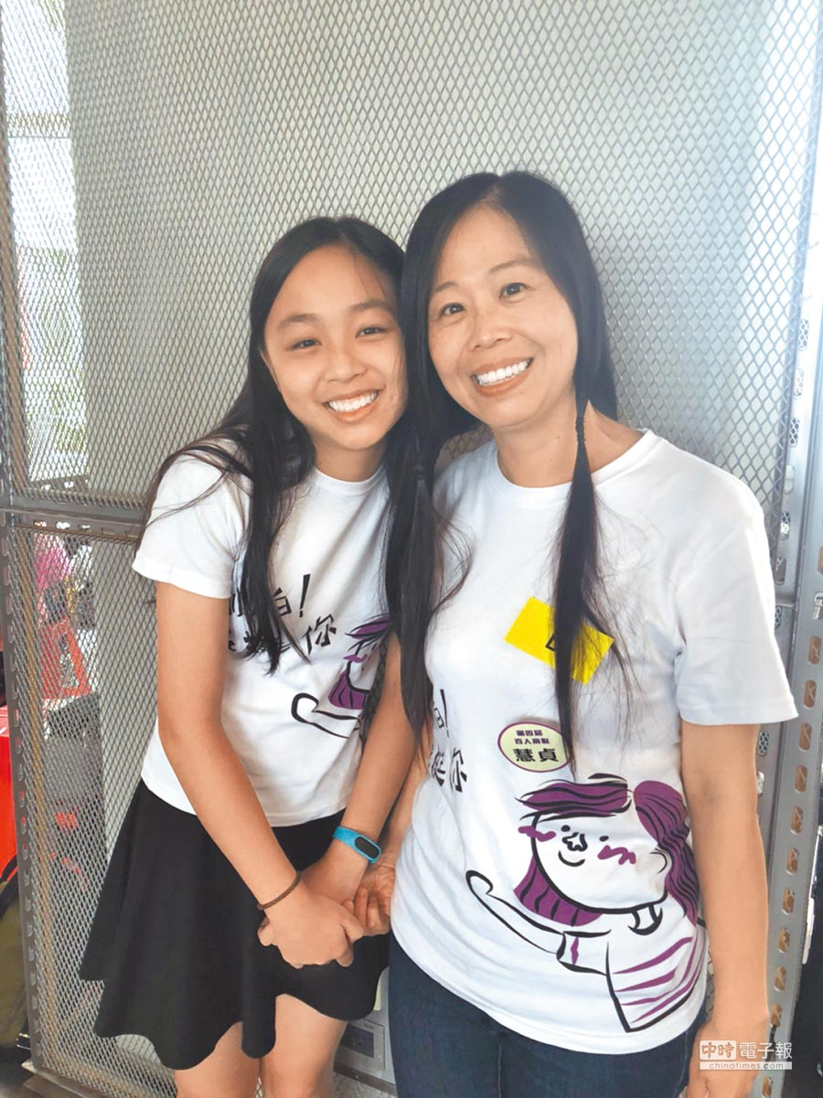 為了幫助癌友,慧貞(右)10年內5度捐髮,女兒邦媛(左)不僅也在去年加入捐髮行列,更透過單車環島、攻頂雪山等方式來代為募款。(倪浩倫攝)