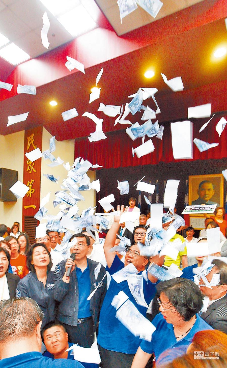 立院藍綠衝突後藍委撒假鈔,諷民進黨撒錢。(本報系資料照片)