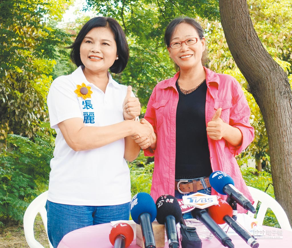 斗六市長謝淑亞(右)將與國民黨提名雲林縣長參選人張麗善(左)搭檔競選縣長,謝擔任副手。(周麗蘭攝)