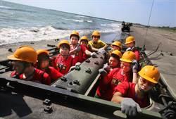 陸戰隊暑期兩棲戰鬥營吸引高中大專生體驗 搭乘AAV-7突擊車海灘飆速直呼太酷了