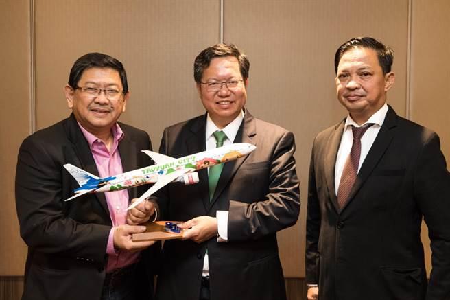 鄭文燦致贈天使城市長、黎牙實比市長飛機模型。(秘書處提供)