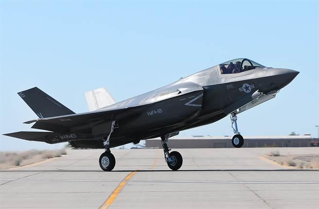 具備短場起降功能的美軍第5代隱形戰機F-35B,將加快實戰部署,逐步替換兩棲攻擊艦上的AV-8B。(圖/美聯社)
