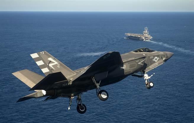 洛克希德馬丁公司研發的F-35第5代戰機已加速部署,其中F-35C型是專門做為美軍航母艦載機而設計,將替換現有的F-18艦載機。(圖/美聯社)