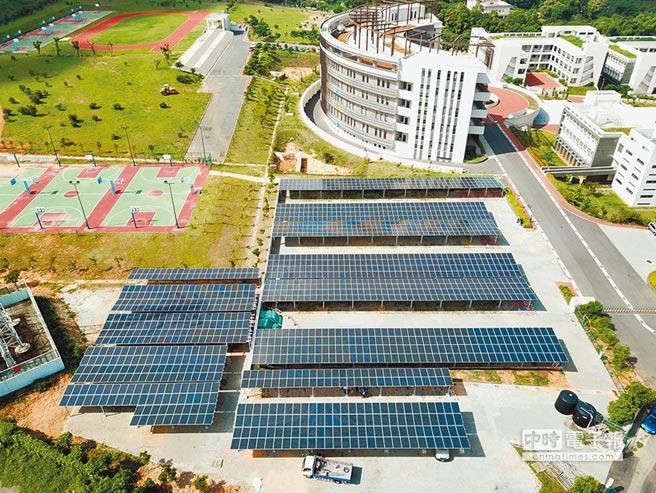 由鑫盈能源所建置,宜寧中學停車場地面型太陽能系統為都市計畫區中智慧綠能之最佳典範。圖/業者提供