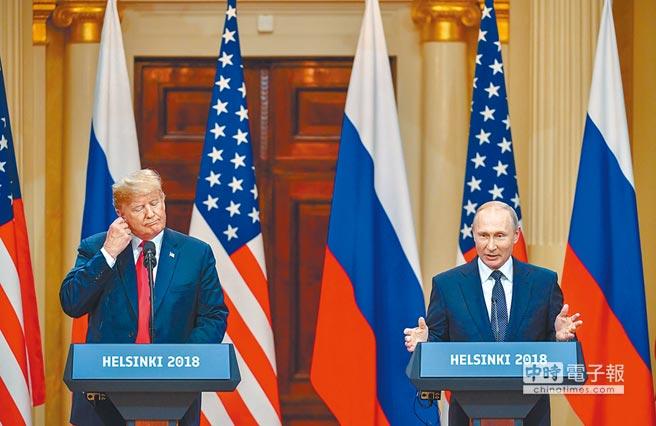 美國總統川普(左)和俄羅斯總統普丁(右)16日在芬蘭總統府會談後召開記者會,說明這次峰會的成果。(法新社)