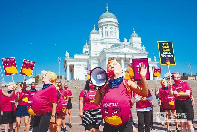 芬蘭婦女運動團體ResistGag的若干成員16日聚集在赫爾辛基芬蘭國會參議院前廣場,表達對川普的不滿。(法新社)