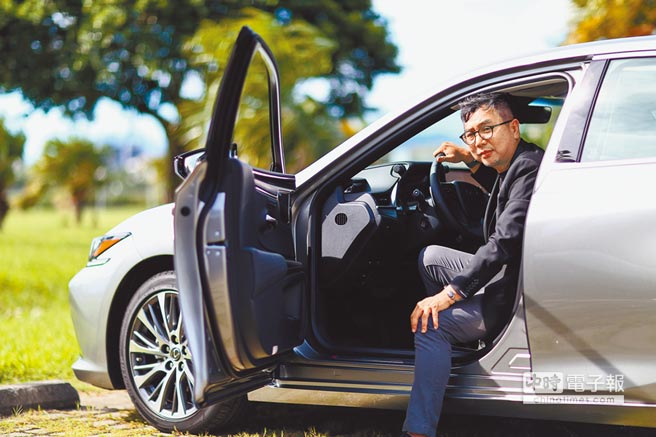 比漾廣場董事總經理周寶文喜愛蒐藏老車,他認為汽車是可以帶著人轉換不同情境的重要工具,因此即使是將近30年的老mini,他也要想辦法回復到接近新車的模樣。(鄧博仁攝)