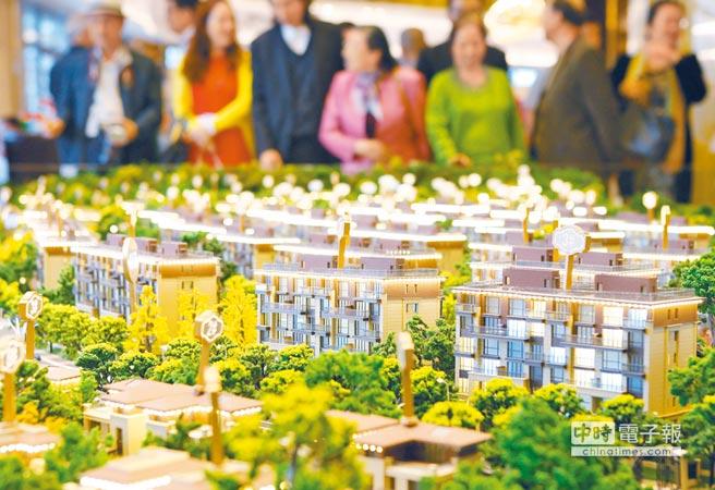 大陸房市上漲週期已超過37個月,顯示買房依然賺錢。圖為南京一處新建樓盤吸引眾多看房市民。(中新社資料照片)