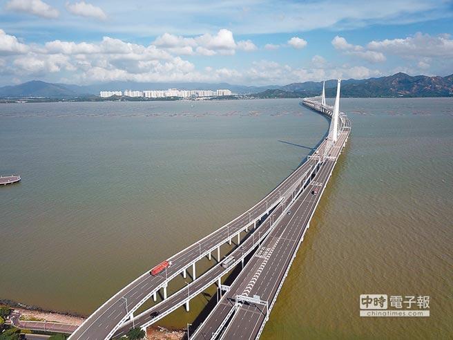 大陸下半年固定投資可望持穩。圖為連接深港的深圳灣大橋。(中新社資料照片)