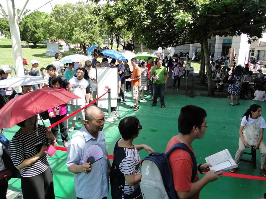 相聲瓦舍《快了快了》花蓮場免費索票,花蓮縣文化局演藝堂前出現人龍。(范振和攝)