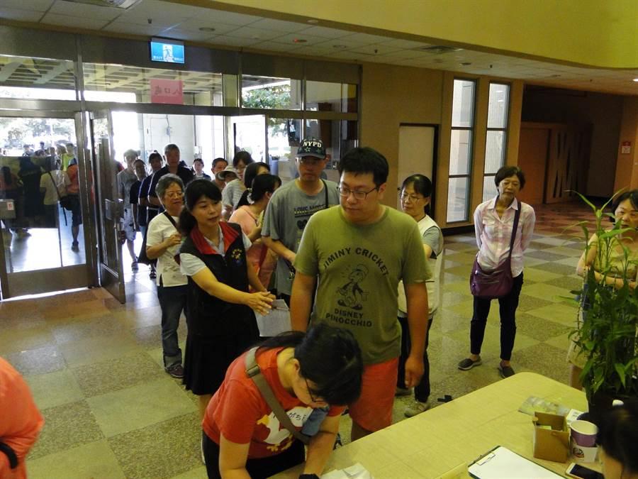 相聲瓦舍《快了快了》花蓮場免費索票,花蓮縣文化局科長吳怡蕙(左)協助維持索票秩序。(范振和攝)