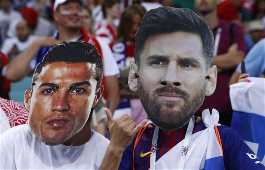 世足賽球迷戴上C羅與梅西的面具。(美聯社)