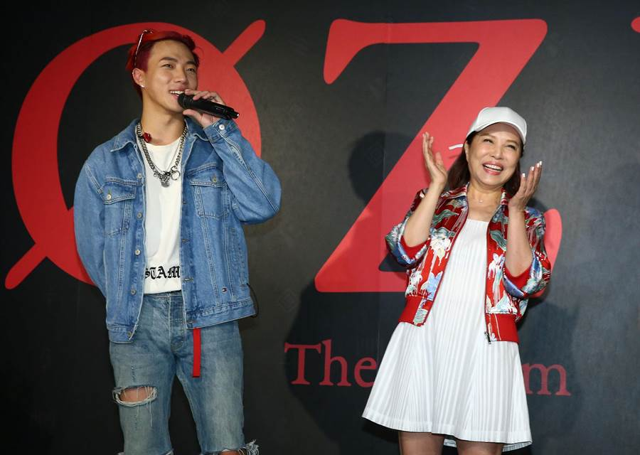 葉璦菱(右)兒子ØZI陳奕凡初登場歌壇,就入圍金曲30六大獎。(資料照/記者粘耿豪攝)