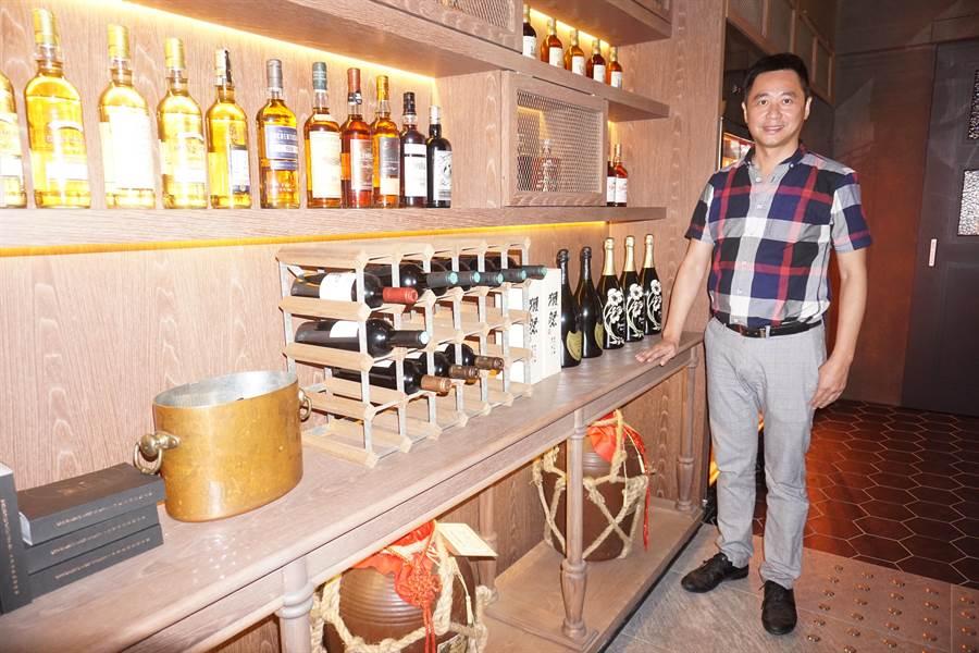 「癮燒精肉酒舖」店內陳列各式酒牆,滿足民眾吃燒肉配美酒需求。(柯宗緯攝)