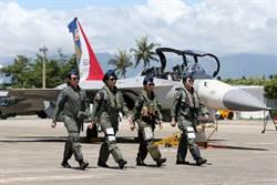 巾幗不讓鬚眉!空軍三型主力戰機首批女飛官同台亮相