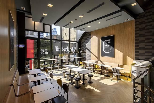 .位在西門町昆明街全台第一家Alphabet design的麥當勞2.0旗艦餐廳,偶木質原色搭配黃、黑的簡約色調,呈現「潮餐廳」風格。(圖/台灣麥當勞)