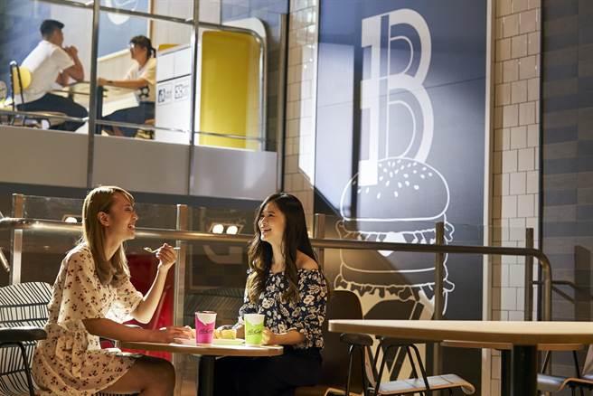全新開幕的麥當勞昆有店,Alphabet輕工業風店裝,用餐空間時尚現代,顛覆一般人過去的「速食店」印象。(圖/台灣麥當勞)