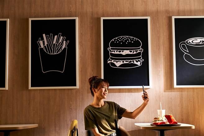 台灣麥當勞Alphabet風格推出2.0旗艦版店裝,由氣質很「潮」,預料將成為網紅網美打卡新去處。(圖/台灣麥當勞)
