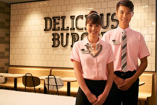 台灣麥當勞新增「款待大使」負責外場服務,提供更貼心便利的顧客體驗。(圖/台灣麥當勞)