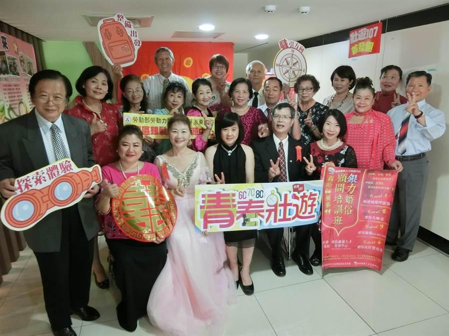 19位銀髮學員經業師(前排左四)經驗傳承後,今天結訓,未來集體投入婚禮產業。(吳江泉攝)