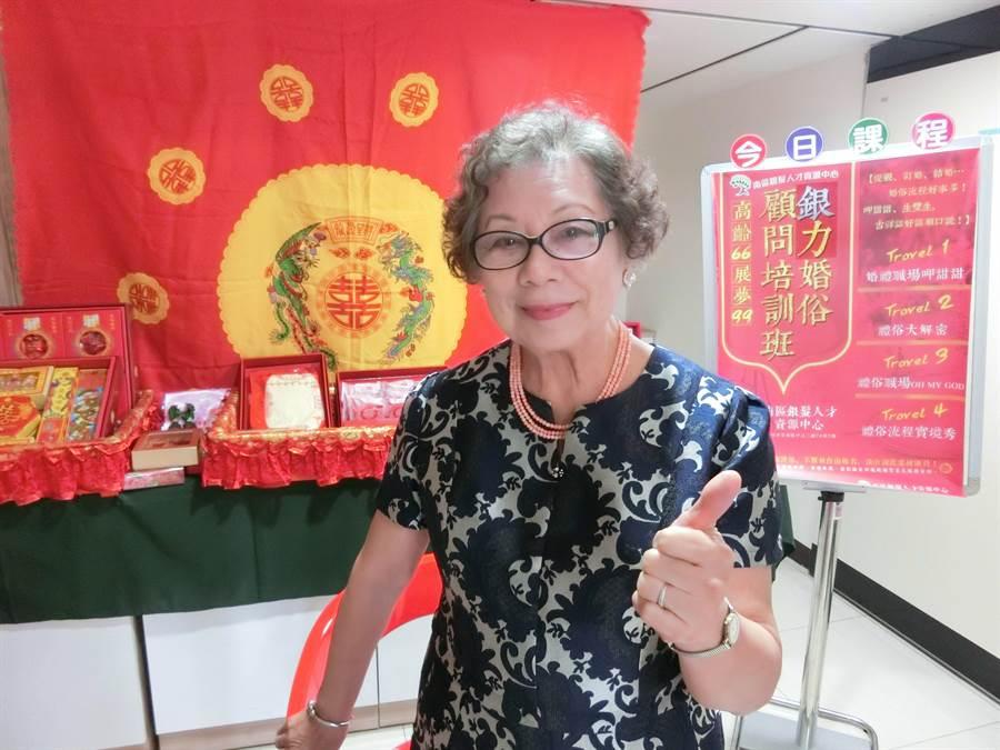 74歲最高齡學員余壽美阿嬤,再過不久就要從事婚俗顧問工作接案,期待證明自己的銀髮勞動價值。(吳江泉攝)
