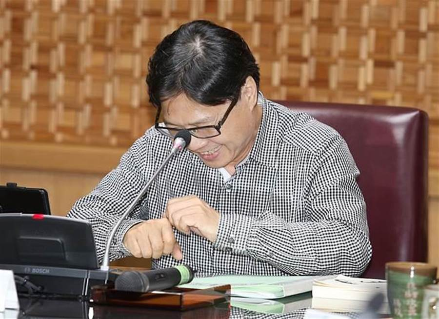教育部長葉俊榮18日主持部務會議,在致詞時2次把教育部說成內政部,不好意思低著頭笑了出來。(姚志平攝)