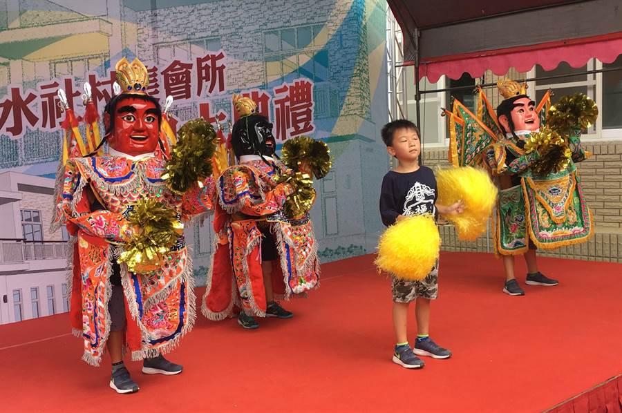 由離潭邊僅1公里的中明村村長楊崑欣率隊的受福社區電音三太子,演出精彩。(沈揮勝攝)
