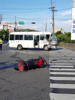 影》重機男與左轉小巴對撞  車頭全毀當場慘死