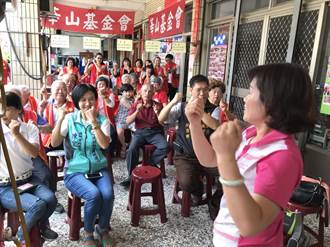 華山埔里天使站感恩茶會 74歲阿公阿嬤表演拉胡琴