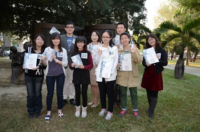 今年高雄青年文學獎開始徵件,主辦單位今年將有史上最高總獎金,吸引更多好手參與;圖為2013年高雄青年文學獎得主在葉石濤紀念銅像前合影。(高雄市立圖書館提供)