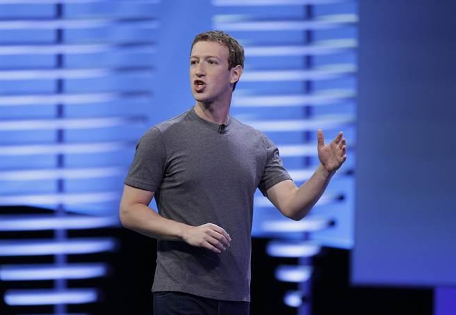臉書公司董事長祖克柏曾在2016年表示,外界所稱臉書會影響美國大選結果,完全是一個「瘋狂的想法」。圖為祖克柏在F8臉書開發者大會上發表演說。(圖/美聯社)