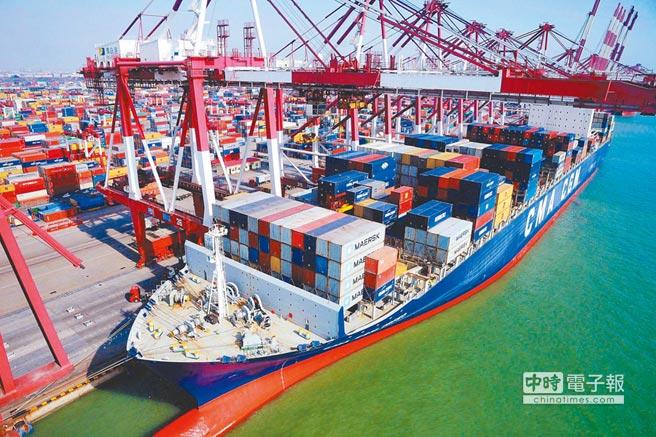 海關總署近日公布,以美元計價,12月大陸進出口同比下降7.6%、4.4%,分別創2016年7月、12月以來最大降幅。圖為青島港外貿貨櫃碼頭外籍貨輪在裝卸貨櫃。(新華社資料照片)