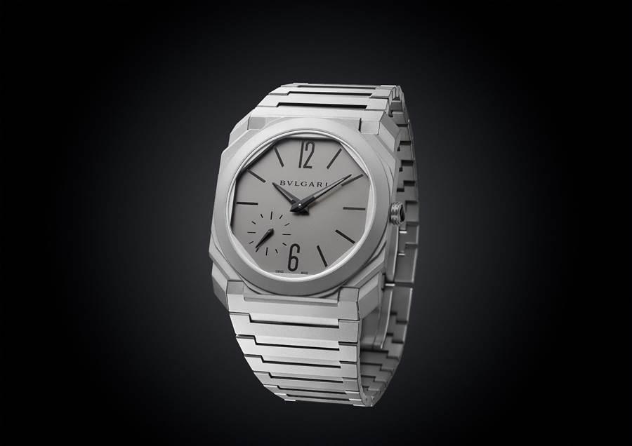 寶格麗OCTO Finissimo Automatic 超薄自動上鍊鈦金屬鍊帶腕表,近日榮獲紅點獎,約43萬5900元。(BVLGARI提供)