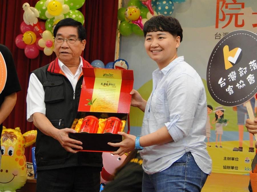 花蓮縣副縣長蔡運煌(左)致贈台灣部落客協會理事長洪毓涵(右)伴手禮。(范振和攝)