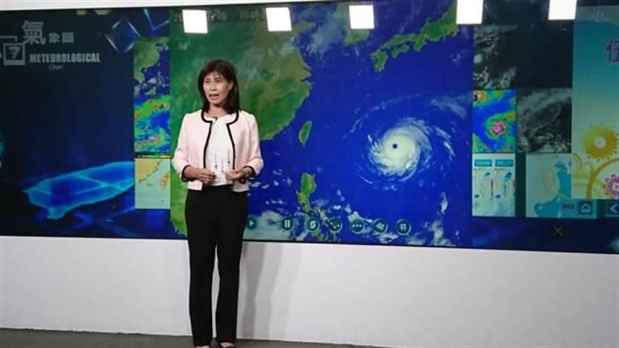氣象局簡任技正伍婉華說明颱風動態。(資料照/廖德修攝)