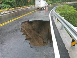 雨後邊坡滑落  台三線298公里路面破大洞