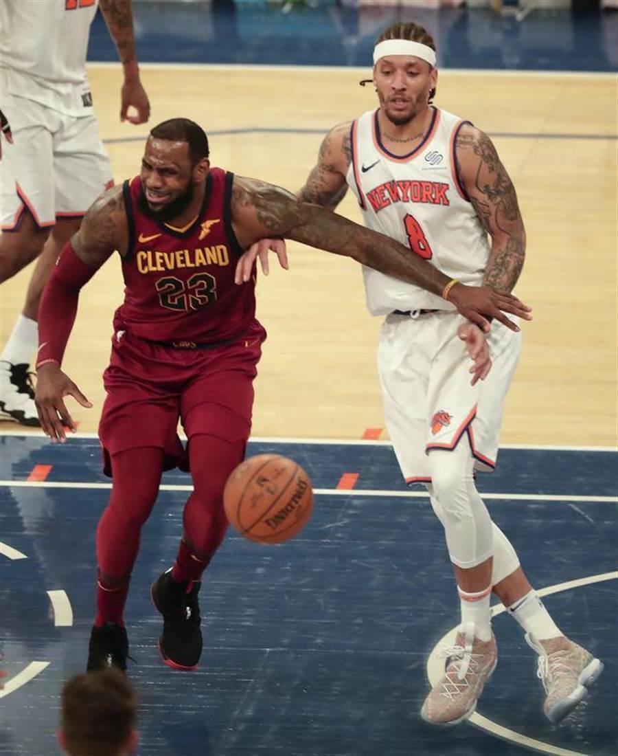 籃網新援畢斯利(右)確診新冠肺炎,恐怕無緣重返NBA舞台。(美聯社資料照)