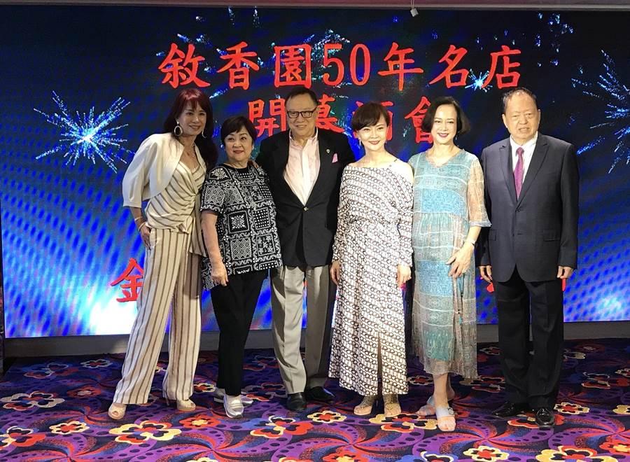 敘香園老闆夏照林(右1)邀請演藝名人歡慶開張。(徐力剛攝)