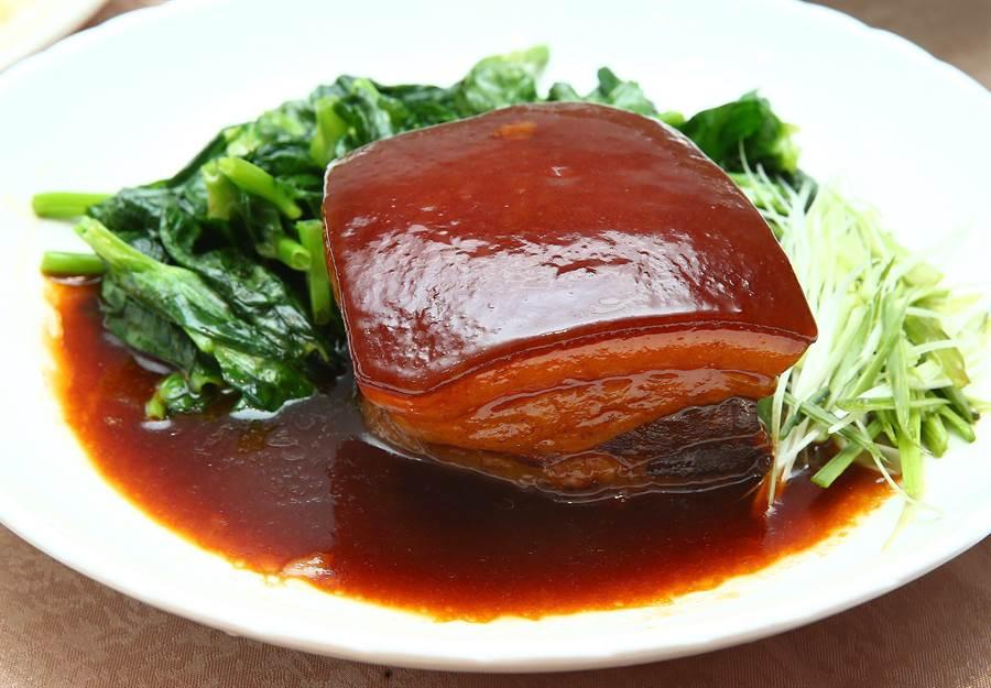 「東坡醬肉」精選肥瘦參半豬五花為食材,佐以特製醬汁久燉。(粘耿豪攝)