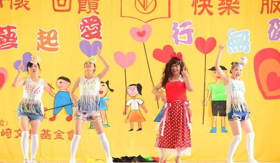 竹崎文化藝術基金會舉辦19周年慶活動,邀台灣知名蕎藝思演藝團隊的身障藝術家們到場演出。(呂妍庭翻攝)