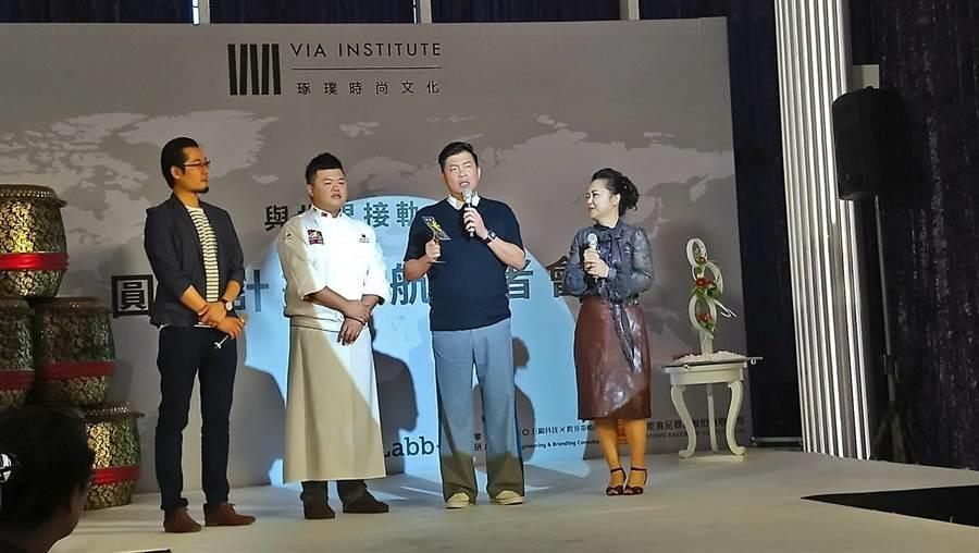 三能食品今日餽贈全球首創概念版甜品勺給曾國城(右二)。(圖/曾麗芳)