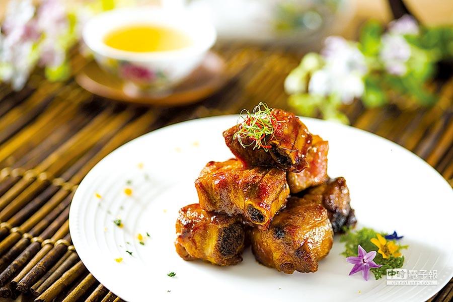 作法源於江蘇無錫的〈糖醋蜜仔排〉,是一道老少皆宜的家常美食,品嘗這道菜時可以體會「肉貼骨頭香到酥」的食趣。圖/台北遠東飯店