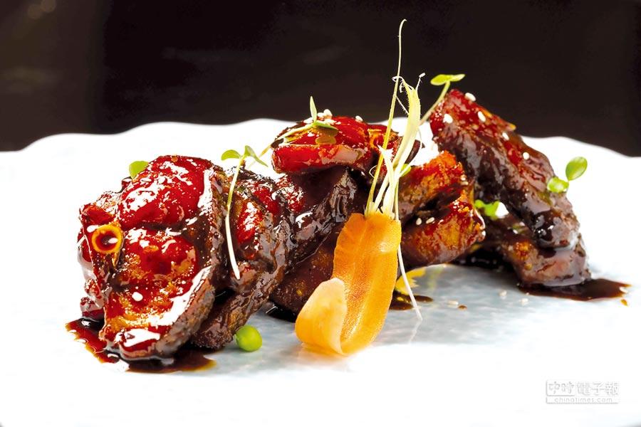 表層油光汪汪的〈特色燻青魚〉,形色味皆很誘人。圖/台北遠東飯店