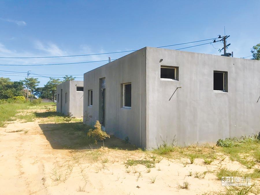 航空城計畫區內出現如北韓樣板屋的速成違建,疑在外施工再吊進農地,遭諷「種房子搶查估費」。(甘嘉雯翻攝)