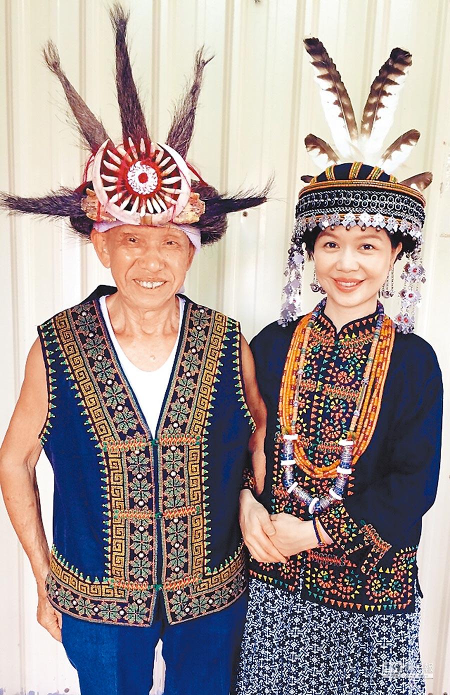 于子育和爸爸一起穿上排灣族傳統服飾。