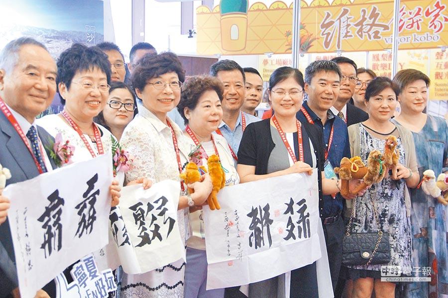2018海峽兩岸夏季旅展開幕,海旅會台北辦事處主任任佳燕(左二),和台灣旅遊交流協會理事長賴瑟珍(左三),共同走訪大陸展攤,為大陸旅遊宣傳。(記者李鋅銅攝)