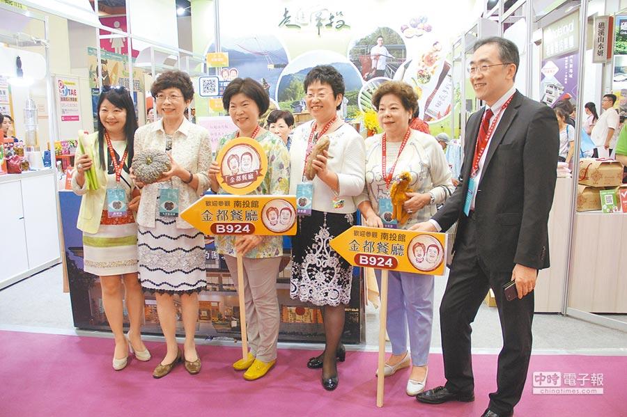 2018海峽兩岸夏季旅展開幕,台灣旅遊交流協會理事長賴瑟珍(左二),和海旅會台北辦事處主任任佳燕(右三),共同走訪南投縣展攤,為台灣旅遊宣傳。(記者李鋅銅攝)